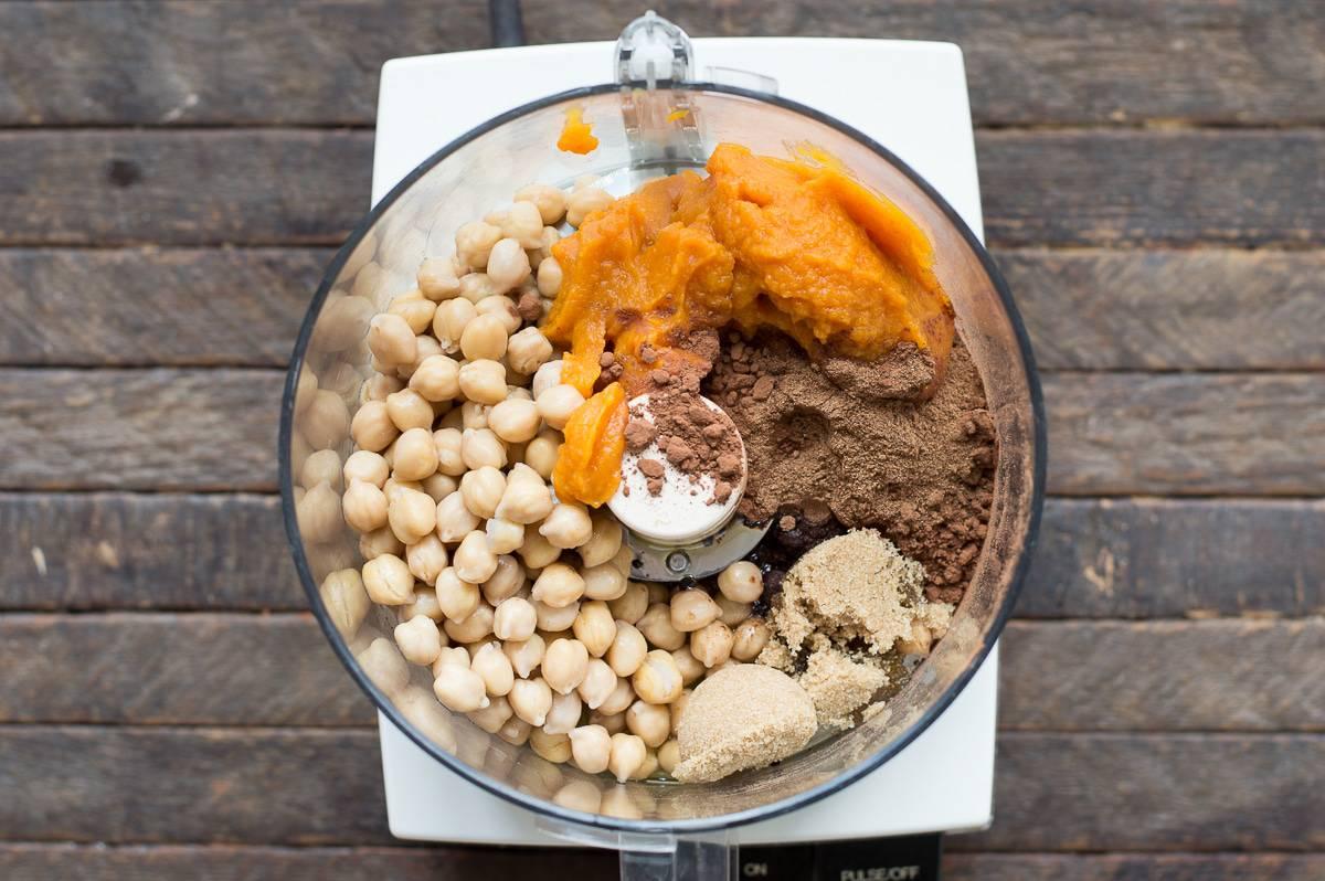 A healthier dessert hummus for the fall! Pumpkin chocolate chip hummus!
