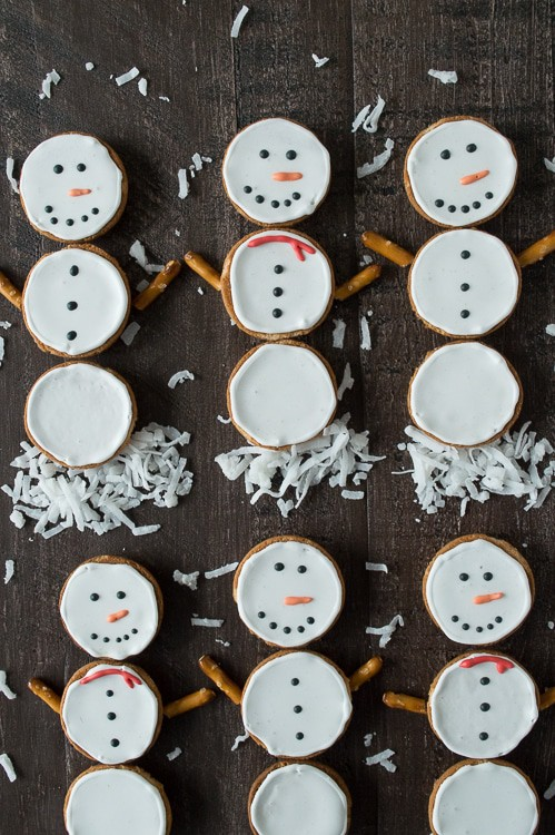 Make these simple snowmen cookies using nilla wafers and royal icing!
