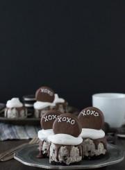 No Bake XOXO Oreo Cheesecakes - mini oreo cheesecakes topped with chocolate dipped oreos for Valentine's Day!