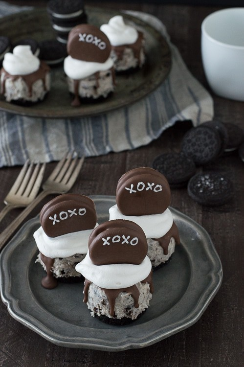 No Bake XOXO Oreo Cheesecakes - mini oreo cheesecakes topped with chocolate dipped oreos for Valentine's Day!