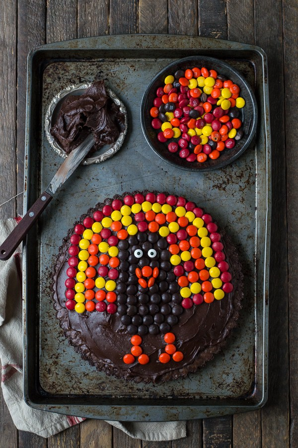 This chocolate brownie turkey tart is a fun Thanksgiving dessert! Ready in 1 hour!