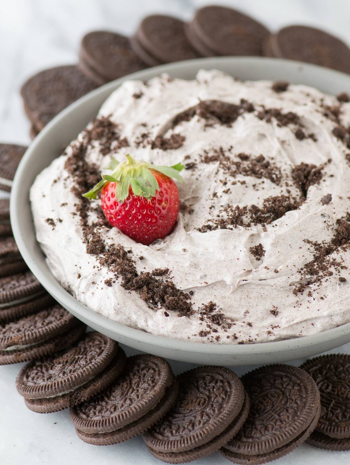 4 ingredient oreo cheesecake dip! Completely no bake oreo cheesecake dip that reminds me of oreo fluff!