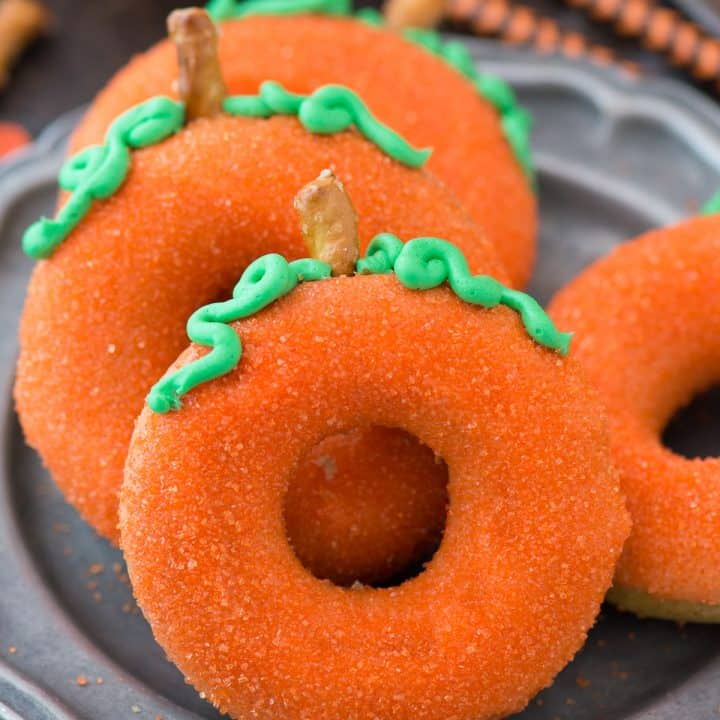 Simple, baked pumpkin spice donuts that taste and LOOK like pumpkins! These donuts that look like pumpkins add a lot of fall flare!